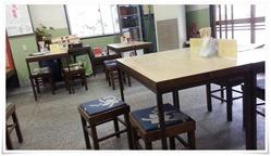 4人掛けのテーブル席が多数@鶴亀