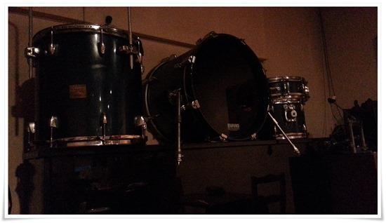 店内奥に置かれた楽器類@アクア・ヴィータ