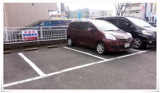 店舗裏の駐車場@ラーメン一発