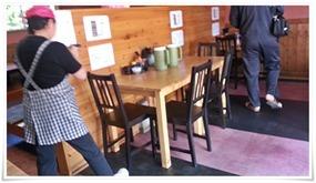 入って真正面のテーブル席@味八(あじはち)