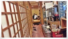左側が個室風のテーブル席@喰わんか屋 中央町店