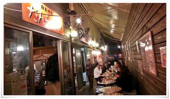店舗前に設置されたテーブル席@小倉十三区