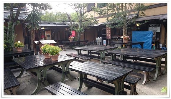 中庭のテーブル@ひょうたん温泉