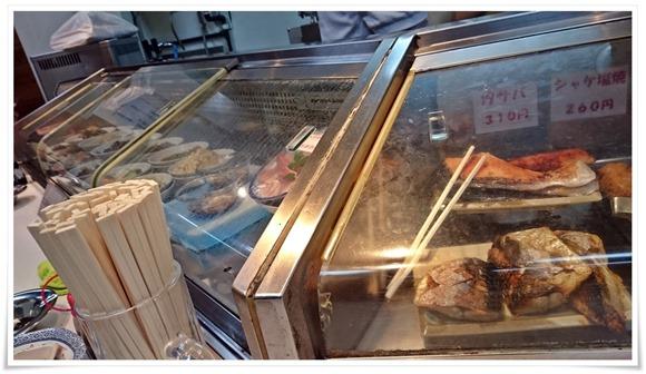 目の前に並んだ料理の数々@エビス屋昼夜食堂