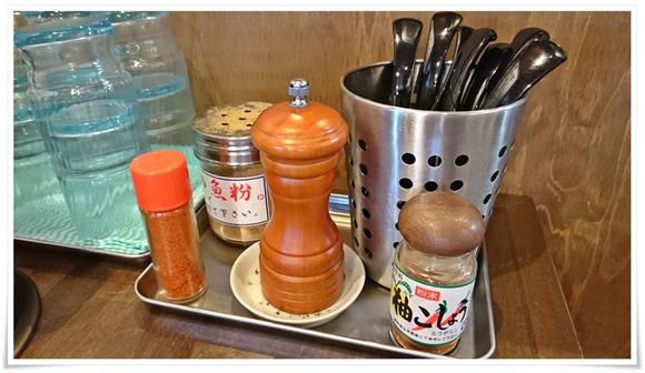 テーブルに完備の調味料@太一商店 門司店
