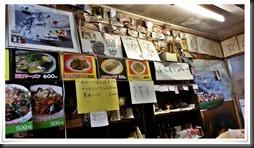 サインや写真がいっぱいの店内@北京飯店