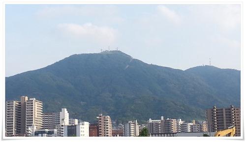 皿倉山を地上から望む