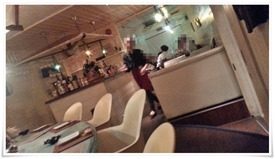 店内奥のテーブル席@ダイニングバー フィール