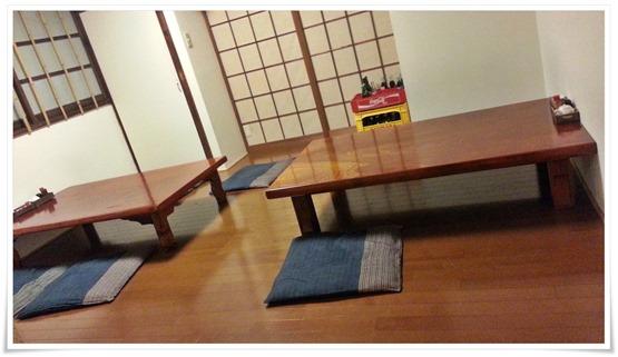 店内奥の座敷テーブル@からあげ韋駄天