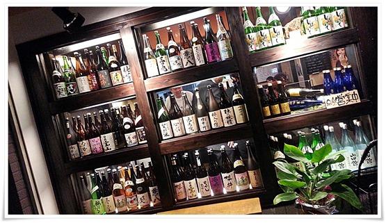 入口に飾られたボトルの数々@呑処 大起