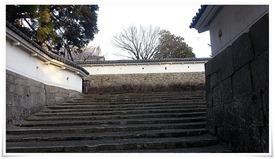 大手門をくぐって階段を登ると