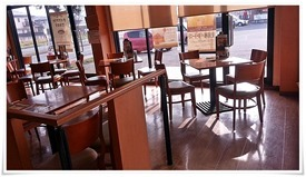 窓際のテーブル席@珈琲館 永犬丸店