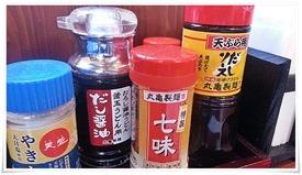 丸亀製麺 テーブル上に完備された薬味