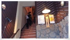 階段を登って店内へ@六味三徳かれん