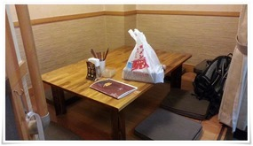 奥のテーブル席@Tommy's Dining 厨