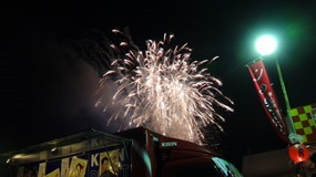 真上で上がる花火@まつり起業祭八幡2014