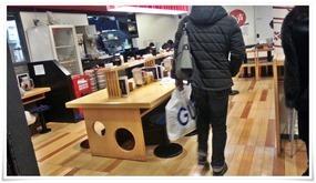 店内中央のテーブル席@ラーメン めん吉