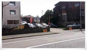 駐車場は通りを挟んだ目の前@おおむら亭