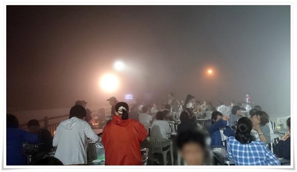 濃霧の中のビアガーデン@星空ビアガーデン