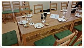 木製のテーブル@はなれの玉ちゃん