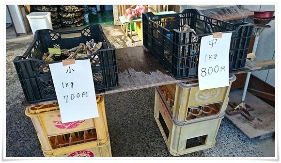 入口で牡蠣を販売@牡蠣の平尾