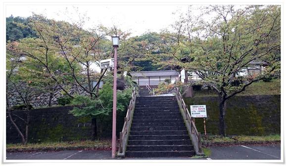 駐車場からの階段@国見温泉 あかねの郷