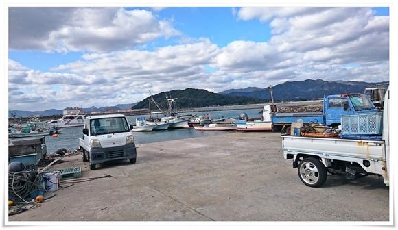 目の前の漁港@蓑島カキ直売所