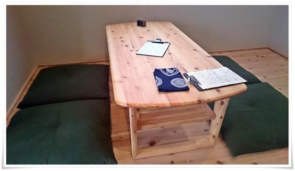 唯一のテーブル席@うつつ