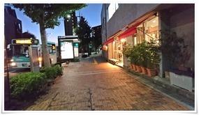 尾倉町のバス停前@ラ・ルナ・ロッサ