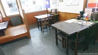 入口付近のテーブル席@資さんうどん大門店