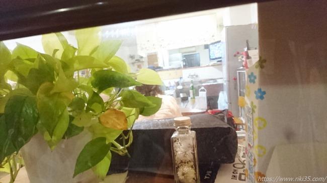 覗き窓からの店内@ひろ助