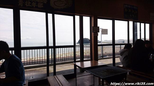 窓際のテーブル@恒見 焼き喰い処