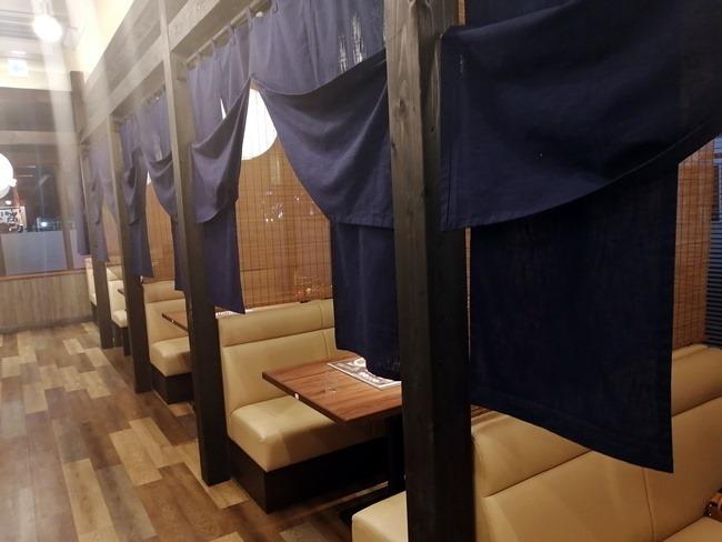 個室風のテーブル席@旭川味噌ラーメンばんから陣原店